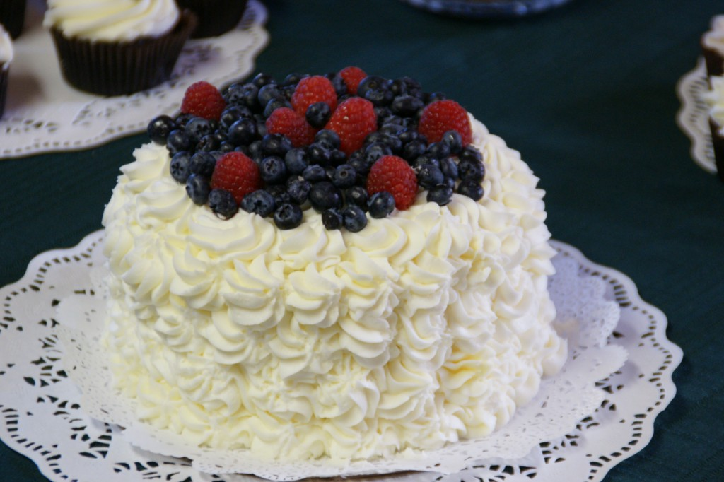 Cake With Whipped Cream Frosting And Strawberries : Sour Cream Chocolate Cake with Whipped Cream and ...